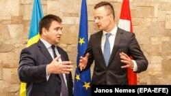 Міністр закордонних справ України Павло Клімкін (л) висловив задоволення результатами зустрічі зі своїм угорським колегою Пітером Сіярто на Закарпатті 22 червня 2018 року