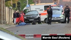 У места стрельбы в германском городе Галле 9 октября 2019 года.