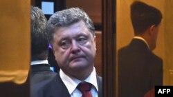 Украинский президент Петр Порошенко после завершения многочасовых переговоров