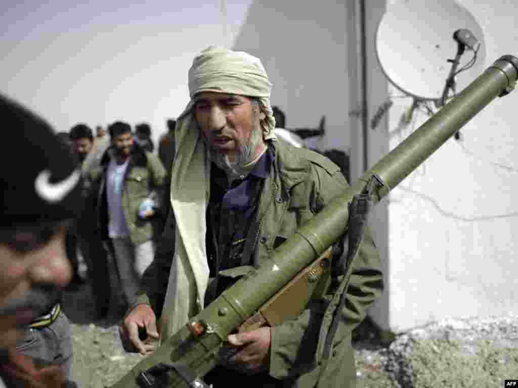 Sukobi u blizini vojnog skladišta u gradu Adždabija na istoku Libije, 02.03.2011. Foto: AFP / Marco Longari