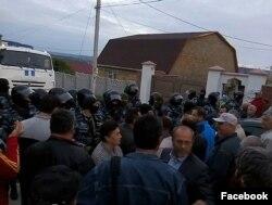 Прибічники Умерова біля його будинку, 12 травня 2016 року