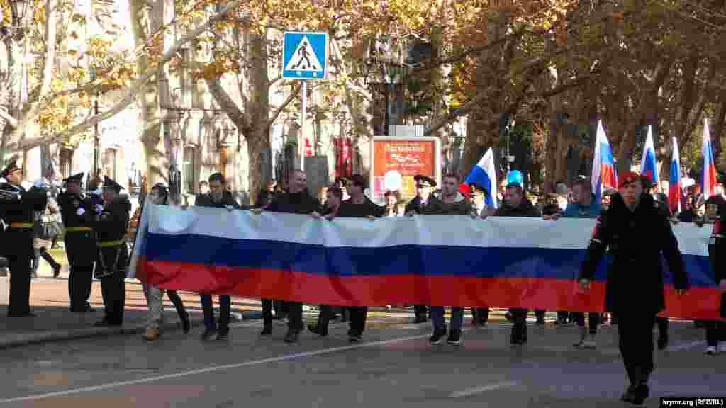 По сообщению пресс-службы российского правительства Севастополя, праздничные мероприятия продолжатся вечером, в частности, на площади Нахимова пройдет концерт с участием местных творческих коллективов
