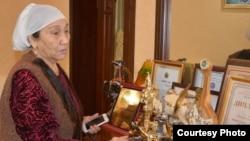 Миуа Низамудинова немересі Димаштың әртүрлі байқауларда алған жүлделерін көрсетіп тұр.