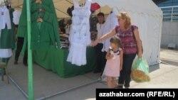 Школьная ярмарка в Ашхабаде (архивное фото).