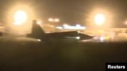 Кадр видео, показывающий как российский истребитель совершает посадку в аэропорту в Сирии. 1 октября 2015 года.