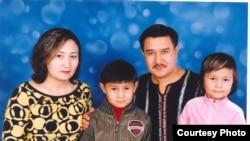 Әнші Биғазы Тұтқабеков жары Гүлшатпен және балаларымен бірге. Алматы, 2003 жыл.