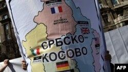 """Një mbështetës i Sheshlit mban një flamur ku shkruan se """"Kosova serbe"""". Beograd, mars 2015."""