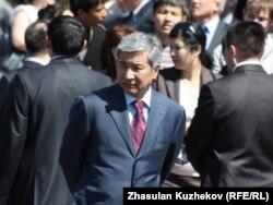 Аким Астаны Имангали Тасмагамбетов в ожидании приезда президента Казахстана на открытие памятника первым казахским ханам. Астана, 1 июня 2010 года.