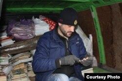 Олег Пауков ездит по домам собирать мусор
