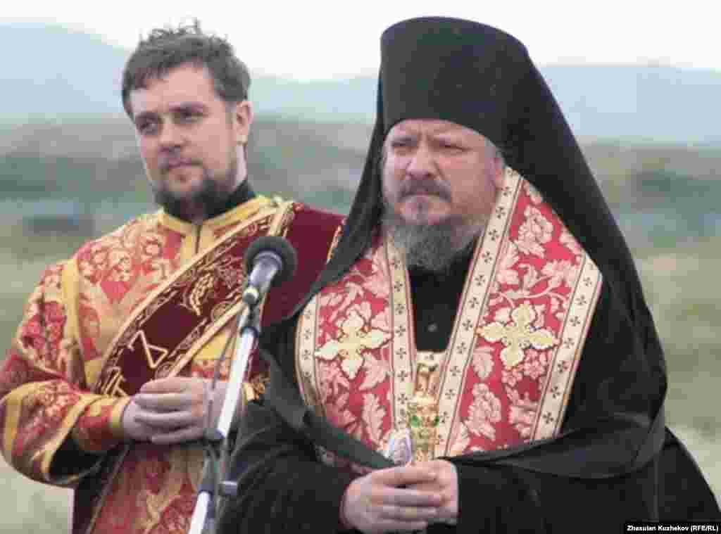 Священники перед началом молебна на Спасском кладбище. Карагандинская область, 31 мая 2011 года. - Священники перед началом молебна на Спасском кладбище. Карагандинская область, 31 мая 2011 года.