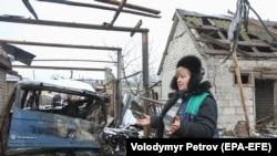 Разрушенный в результате обстрела дом в Луганской области