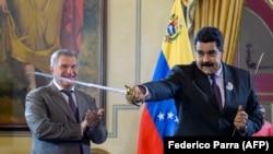 """Президент Венесуэлы Николас Мадуро держит меч – подарок главы """"Роснефти"""" Игоря Сечина"""