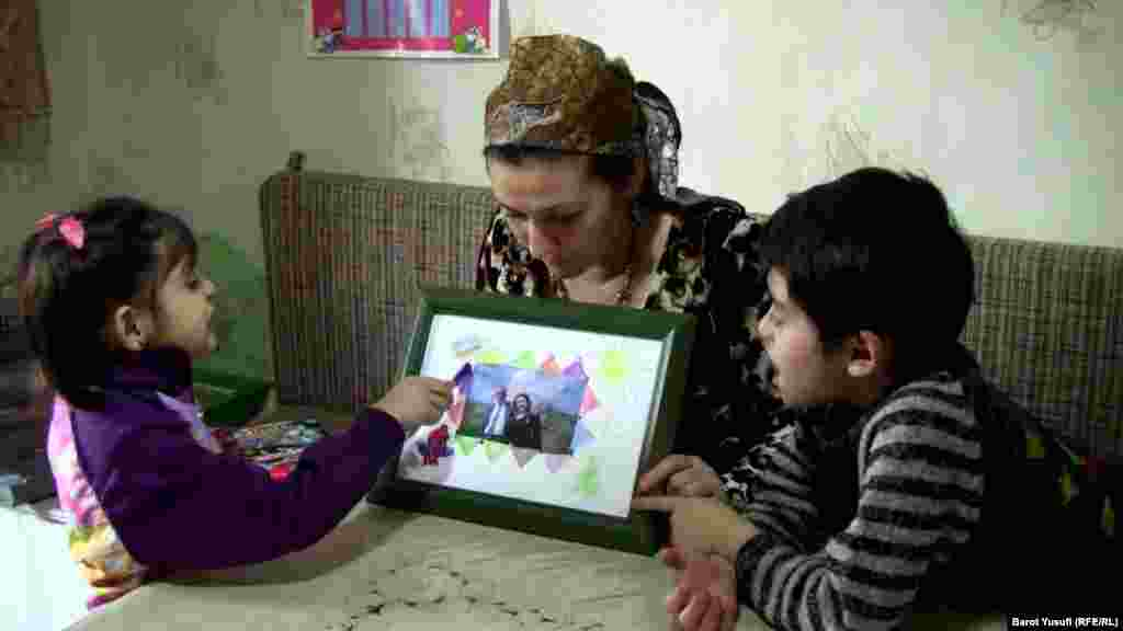 Showing a photograph to her children