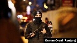 Вооруженный полицейский рядом с ночным клубом в Стамбуле, на который в ночь на 1 января 2017 года было совершено нападение.
