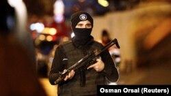 2017 жылғы жаңа жыл кешінде террорлық шабуыл жасалған Стамбулдағы түнгі клуб маңында тұрған полиция қызметкері.
