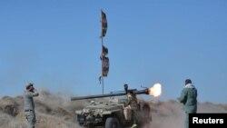 """Противостоящие боевикам ИГ шииты ведут обстрел позиций группировки """"Исламское государство"""". Эль-Фаллуджа, 20 апреля 2016 года."""