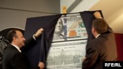 Новый дизайн 100-долларовой банкноты представлен в посольстве США в Москве