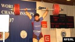 نواب نصير شلال، وزنه بردار جوان ايران در مسابقه های قهرمانی جوانان جهان موفق به کسب دو مدال برنز شد.