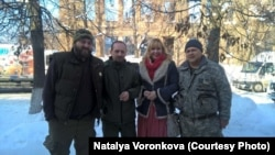 Волонтерка Наталя Воронкова (друга справа) з оборонцями України, яким надає допомогу її волонтерська команда «Доброволя»
