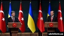 Президент України Петро Порошенко (ліворуч) під час зустрічі із президентом Туреччини Реджепом Тайїпом Ердоганом в Анкарі. 9 березня 2016 року