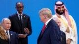 Президент США Дональд Трамп проходить повз президента Росії Володимира Путіна (ліворуч), коли учасники саміту «Групи двадцяти» готувалися до колективної фотографії. Аргентина, Буенос-Айресі, 30 листопада 2018 року