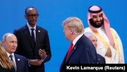 Дональд Трамп проходит мимо Владимира Путина, когда участники саммита «Группы двадцати» готовились к коллективной фотографии. Аргентина, Буэнос-Айресе, 30 ноября 2018 года