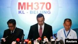 Ministri i transportit i Malajzisë, Hishammuddin Hussein (në mes) gjatë një kofnerence për gazetarë në Kuala Lumpur
