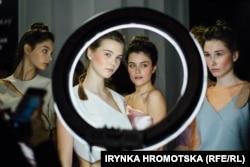 Fotomodele pozează în timpul Săptămânii Modei de la Kiev, pe 3 februarie. (Iryna Hromotska, RFE/RL)
