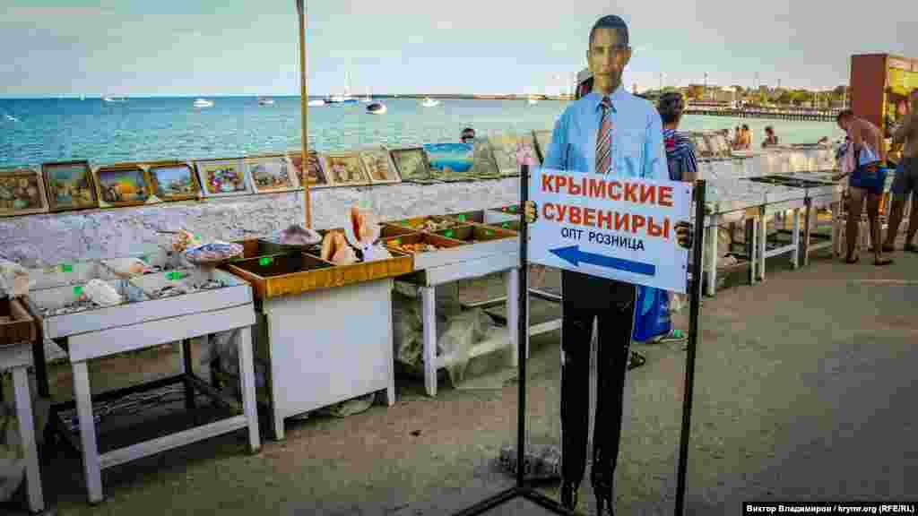 Yerli marketing. Kezlev yalısında AQŞ-nıñ 44-ünci prezidenti Barak Obamanıñ resmini körmek mümkün. Qırım işğalinden soñ Rusiyege qarşı sanktsiya kirsetken devlet başı suvenirlerge diqqat celp ete.
