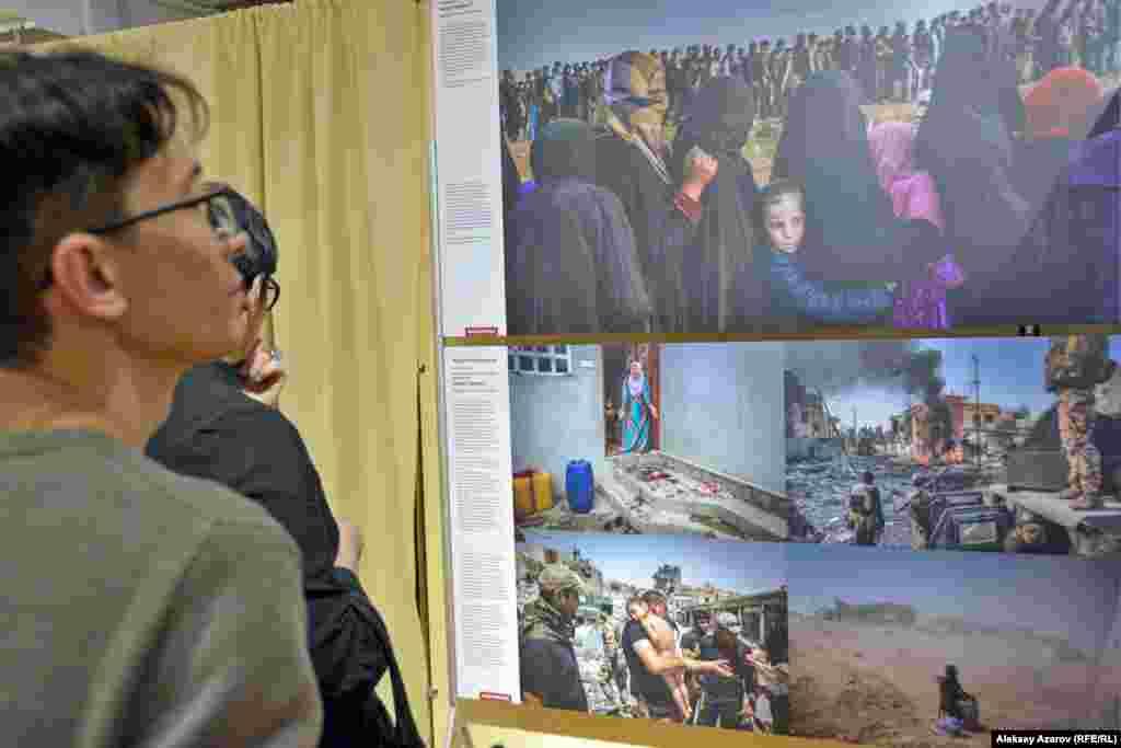"""Ирландия фотографы Айвора Прикеттің суреттер топтамасы """"Оқиға"""" категориясы бойынша бірінші орын иеленді. Сурет өздерін """"Ислам мемлекеті"""" деп атайтын экстремистік ұйымнан азат етілгенИрактың Мосул қаласында түсірілген. Экстремистермен соғыста мыңнан астам адам өлген, ал аман қалғандары аштықтан азап шеккен."""