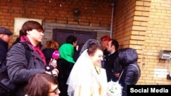 Анастасия Зотова в день свадьбы у СИЗО, 25 февраля 2016 года