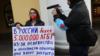 Елена Григорьева во время пикета в поддержку ЛГБТ в Санкт-Петербурге