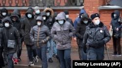 Policajac prati migrantske radnike koji su došli da obnove radne dozvole, Sankt Peterburg, Rusija, 2. april, 2020.