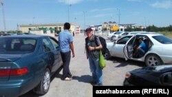 Farapdaky türkmen-özbek gümrük geçelgesiniň öňünde garaşýan adamlar. Illýustrasiýa suraty