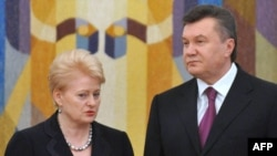 Литва президенты Далия Грибаускайте башта Юлия Тимошенко, аннары президент Виктор Янукович белән очраша