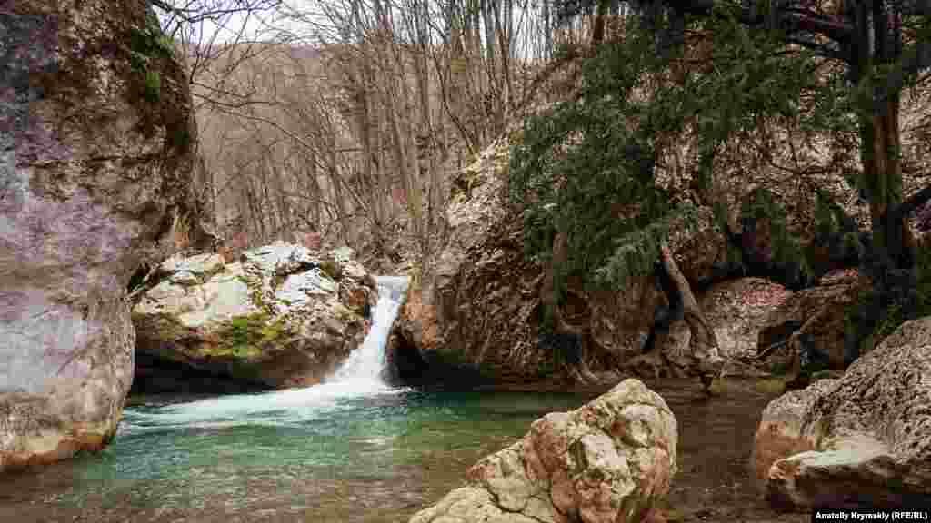 Мальовничий водоспад з невеликим озерцем – Тисовий. На його березі росте вічнозелений тис ягідний. У каньйоні живе понад півтори тисячі подібних реліктів