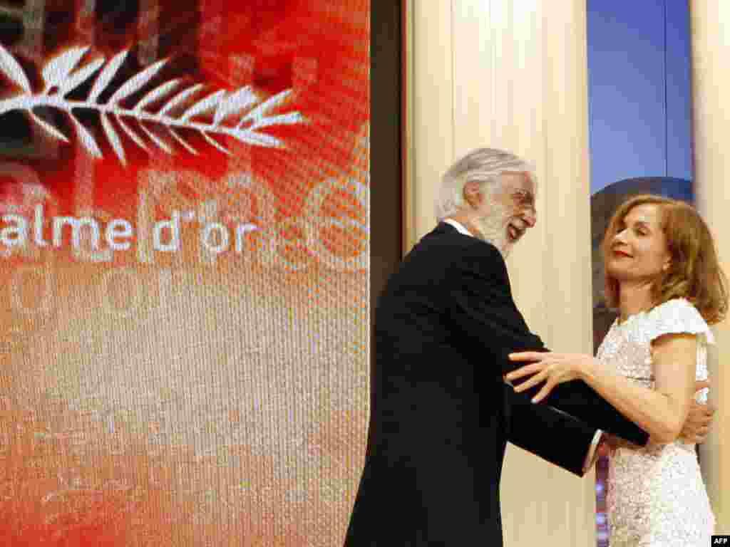 میشاییل هانکه، برنده نخل طلا، با ایزابل هوپر، بازیگر و رئیس هیات داوران کن ۶۲