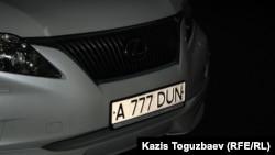 Автомобиль в Алматы с «красивым» номером старого образца.