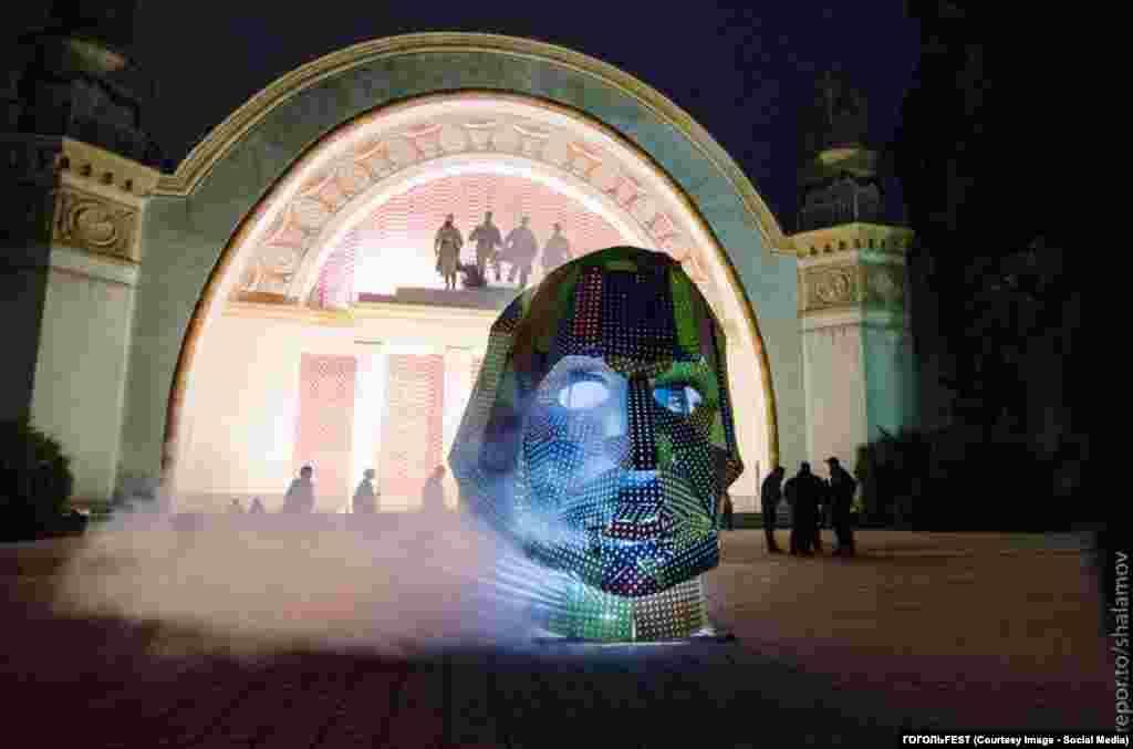 GOGOLFEST. Портрет Гоголя на входе в 9-й павильон.