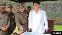 Северокорейский лидер Ким Чен Ын (справа).