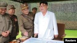 Солтүстік Корея президенті Ким Чен Ын (оң жақта) әскерилер арасында
