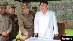 Лидер Северной Кореи Ким Чен Ын (справа) инспектирует испытание баллистической ракеты. Дата снимка неизвестна.