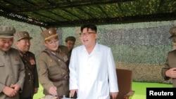 ჩრდილოეთ კორეის ლიდერი კიმ იო უნი ჩრდილოეთ კორეის სტრატეგიული ჯარების მიერ ბალისტიკური რაკეტების გამოცდაზე