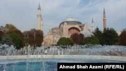 هاګیا سوفیه ودانۍ. دا لومړی کلیسا وه، بیا جومات شو او اوسمهال میوزیم دی. دا وداني په استنبول کې ده.