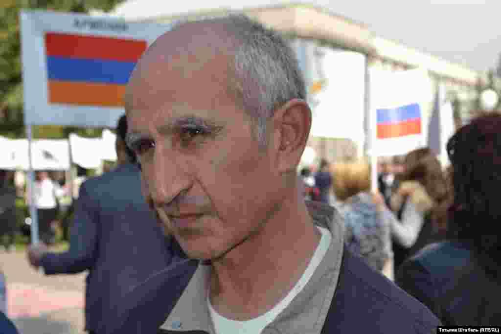 """Сос Манандян, армянский писатель и поэт, так говорит о значении этого дня: """"Наш долг – вспомнить о чудовищном геноциде. Мы не хотим никому мстить, мы стремимся к дружбе и надеемся, что рано или поздно добро победит зло""""."""