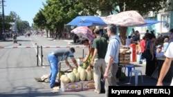 Шлагбаум на ул. Козлова, на которой раньше находился рынок, 8 августа 2015 года