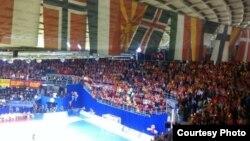 Трибините на салата Чаир во Ниш беа полни со македонски навивачи. Истото се случува и во белградска Арена.