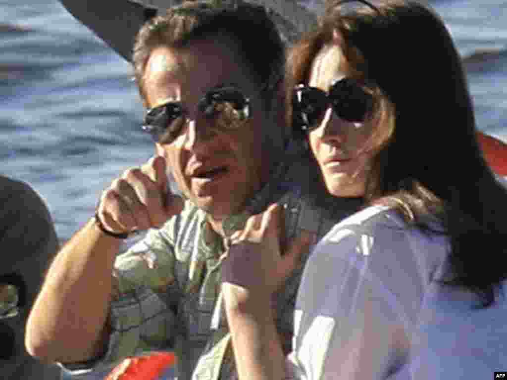 Президент Франции Саркози со своей супругой.