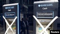 Zatvoreni bankomati Barclays banke u financijskoj četvrti Londona, kolovoz 2011.
