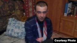 Сот полиция азаптады деп таныған Ахмет ауылының тұрғыны Николай Синявиннің үйінде түскен суреті. Қарағанды облысы, 2016 жылдың шілдесі.